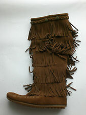 Minnetonka 5-Layer Fringe Stiefel dusty Wildleder Mokassin Neu