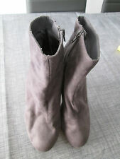 jolies bottines  en daim  H&M       P. 38    TBE