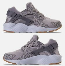 NIKE AIR HUARACHE RUN SE GIRLS GS MESH RUNNING ATMOSPHERE GREY - GUNSMOKE - GUM