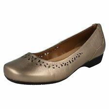 CLARKS Blanche Garryn Femmes Or Cuir Pied Large (E) Chaussure