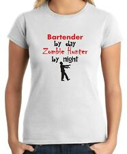 T-shirt Donna BEER0167 Bartender By Day Zombie Hunter By Night