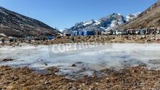 """Bildmotiv """"Frozen pond with tourists and market with Yunthang Valley in the ..."""""""