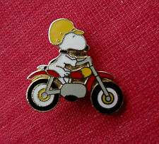 Rare SNOOPY RIDING MOTORBIKE Metal & Enamel Pin Badge PEANUTS