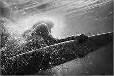 Poster, stampa su tela o vetro acrilico Woman on surfboard underwater - B. Welsh