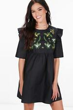 Boohoo Petite Rosie Embroidered Smock Ruffle Dress para Mujer