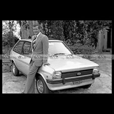 #pha.003280 Photo FORD FIESTA MK1 & ROGER MOORE 1976 Car Auto
