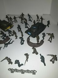 Vintage Plastic Toy Soldiers Army Men And Tanks.