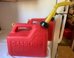 Vintage Chilton Gas Cans [ 2 ] 1-1/2 Gallon Cans Red Poly And Rear Vented P15 Nice