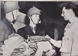 Al Brazle And Harry Walker Join The Militaire Wwii Envoi Photo News Service