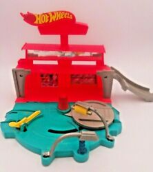 Hot Wheels Super Spin Car Wash Fold And Go Easy Storage Toy Travel Playset Scene