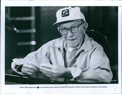 1984 Photo Actor George Burns Warner Brothers Wearing Ballcap Holding Cards 8x10