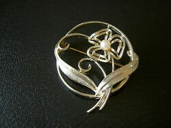 NICE 1973 COVENTRY REAL PEARL FLOWER LEAVES IN CIRCLE GOLD TONE PIN BROOCH-1.5