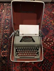 Royal Quiet De Luxe 1950and039s Portable Typewriter Cream Color W/ Case Beautiful