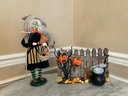 Byers Choice Garden Witch Halloween 2021 Exclusive With Fence Accessory