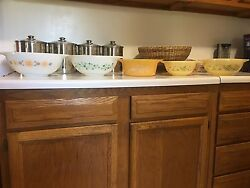 5 Colored Pyrex Bowls 2 Yellow 1 Light Yellow And Last 2 Are White With Design