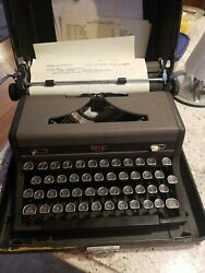 Vintage 1940andrsquos Royal Quiet De Luxe Typewriter Clean With Case