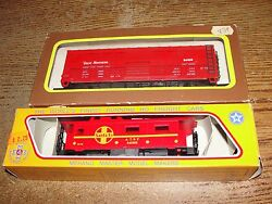 2 Rr Freight Cars - Ho - Model Power, Great Northern And Mehano, Santa Fe - P308