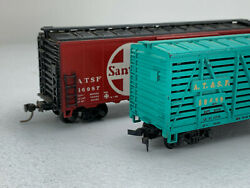 2x Ho Scale Vintage Freight Cars Santa Fe Box Car Red, Stock Car Green Ic122