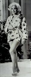 1965 Press Photo Leggy Pinup Actress Marilyn Monroe Cheesecake Poses In Portrait