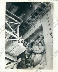1931 Rome Italy Worker Cleans Dust Arch Of Constantine With Broom Press Photo