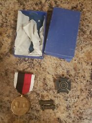 Wwii Ww2 Us Army Of Occupation Medal Sharpshooter And Rifle Badge W/ Orginal Box