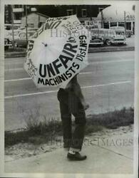 1959 Press Photo Machinists' Union Striker With Umbrella Of Protest - Nee00259