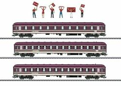 43947 Compartment Car 3-pack With 6 Soccer Fans - 3-rail - Ready To Run - Exclus
