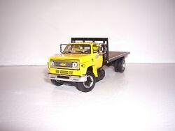 Dcp First Gear 1/64 Yellow Cab With Bulkhead Chevy C65 Single Axle Flatbed Truck
