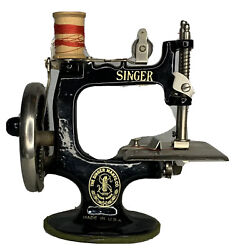 """Vintage """"singer For Girls"""" Metal Manual Childs Toy Doll Sewing Machine With Box"""