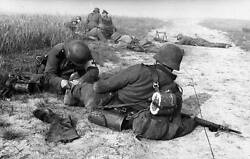 Wwii Photo Wounded German Under Fire Medic Ww2 World War Two Wehrmacht / 2103
