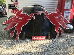 Antique Vintage Old Style Mobil Pegasus Left And Right Sign