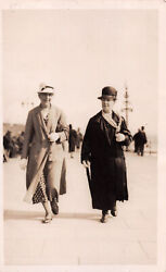 R252777 Two Old Women In Coats And Hats. Postcard