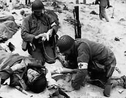 Ww2 Photo D-day Invasion Wounded Medic Wwii World War Two Normandy / 1079