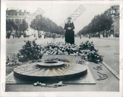 1939 Paris France Woman At Eternal Flame Homage To Unknown Soldier Press Photo