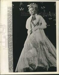 1963 Press Photo Miss Usa Marite Ozers With Crown And Sceptre In Miami Beach Fl