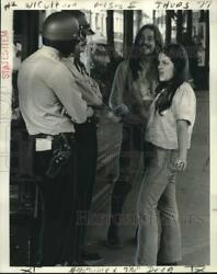 1973 Press Photo Young People Speak With Police Officers - Noo30755