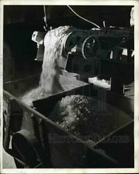 1941 Press Photo View Of Conveyor Belt Measuring Chemicals With Scrap Glass