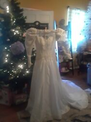 White Wedding Dress Size 10/with A Bow Inthe Back