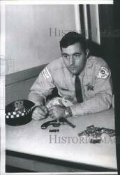 1971 Press Photo Officer Dar Noon Shakespeare Ave. Police Station - Rsc65295