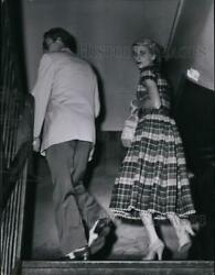 1954 Press Photo Mr And Mrs Thomas S Reese On The Way Into Central Police Station