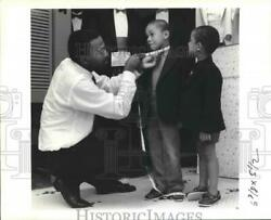 1999 Press Photo Manager Of Cohen's Formal Shop Measures Youths. - Noa62199