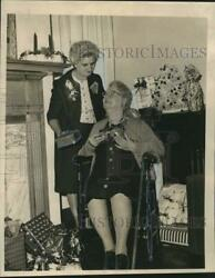 1965 Press Photo Ella Giler Of Protestant Home Receives Gift From Gladys Ross