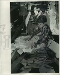 1969 Press Photo Roger Jahnke Transfers Incoming Mail To Conveyor Belt.