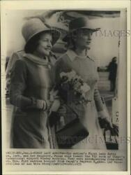 1975 Press Photo First Lady Betty Ford With Her Daughter Susan At Tokyo Airport