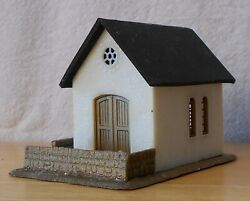 N Scale Building Church Or Chapel Small White Stucco Gold Doors, Fence Built Exc