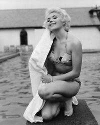 235480 Vera Day 1950and039s Pin Up In Bikini By Pool Affiche Poster