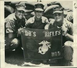 1966 Press Photo Us Military Officers In Vietnam Hold Derrbyberry Rifles Banner