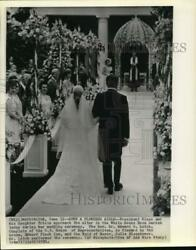 1971 Press Photo President Nixon And Tricia Approach Altar In White House