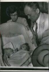 1954 Press Photo Mr And Mrs. Cecil Hartley At Riley Hospital With 2 Head Twins