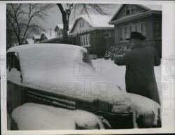 1945 Press Photo Bert Bartell Used Broom To Cleans Snow On His Auto In Chicago